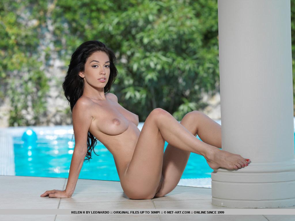 эротические фото брюнеток у бассейна